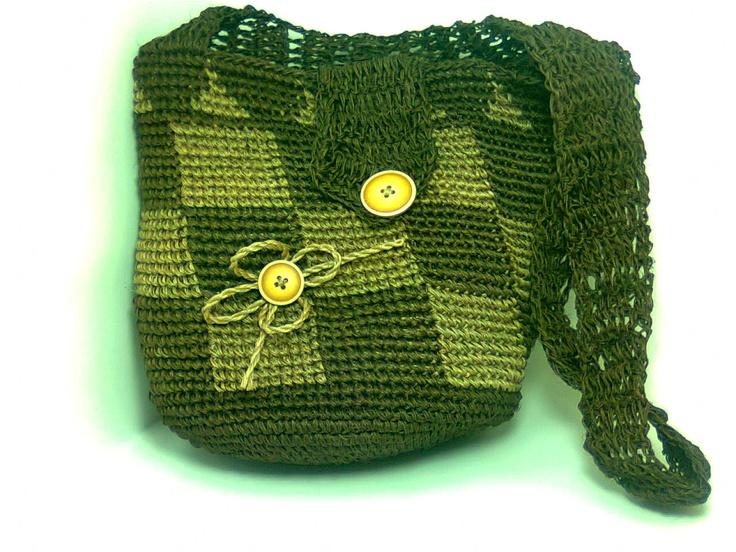 Alto: 35 cm.  Ancho: 35 cm.  fondo: 22 cm.  Hermosos bolsos tejidos a mano 100% por 100% artesanales, el material en que están hechos fique de la Cultura Guane´´ Santander Colombia.  Disponible envío. Cualquier parte del país y del mundo.
