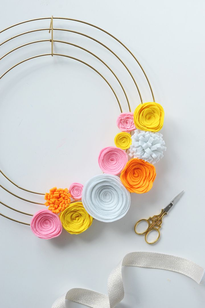 Modern DIY Felt Flower Wreath. Looks like it's a bit of work, but surely it will last for a while. Great for Valentine's day or Mother's day.