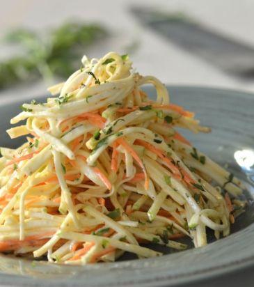 Αφήνουμε τη σαλάτα να μαριναριστεί για 30 λεπτά περίπου, προσθέτουμε το εστραγκόν και σερβίρουμε.