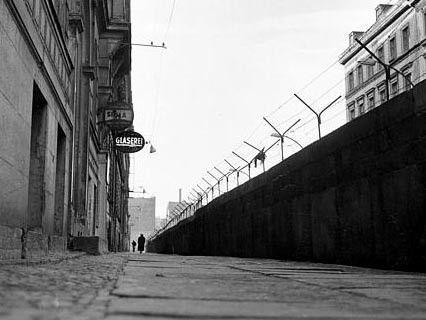 Die Berliner Mauer in Kreuzberg, 1962 (AP)