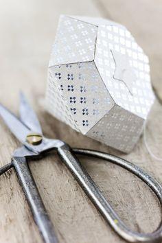 selbstgemachte Diamanten aus Papier    DIY Diamonds are a girls best friend by http://titatoni.blogspot.de/ #handmade #crafting #tchiboweihnachten