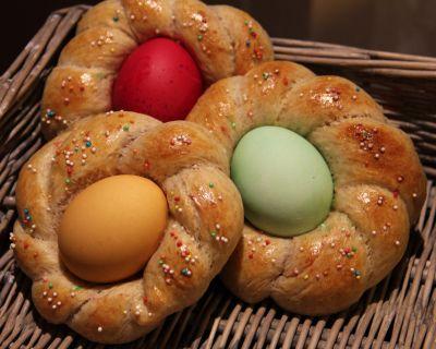 Påskekranser med innbakte fargede egg (Anitas skriverier)