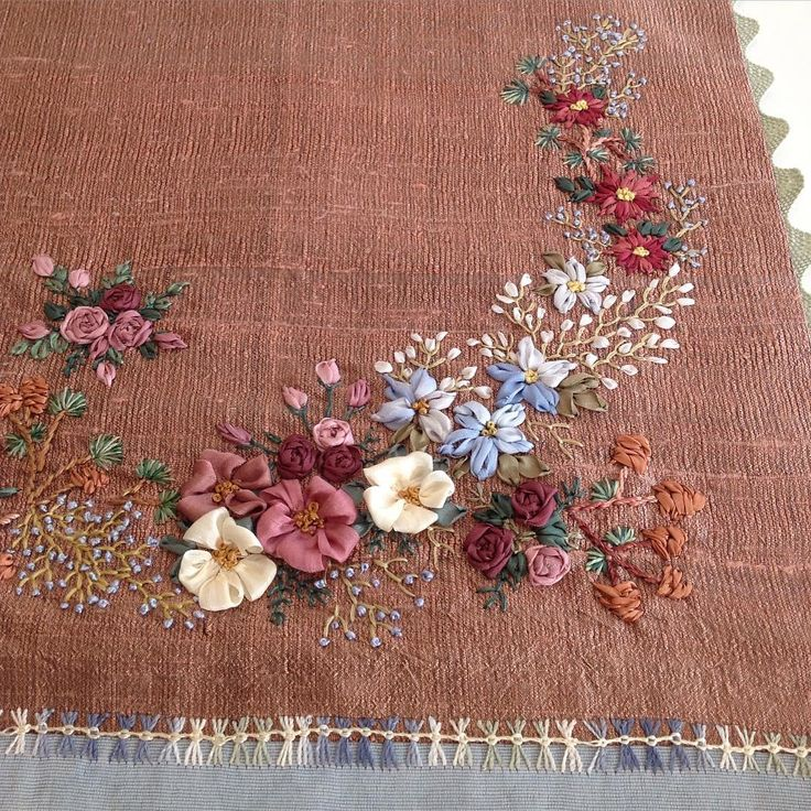 Kurdele nakışı detay...#kurdelenakışı #kurdele #ribbonembroidery #ribbon #nakış #embroidery #handmade #elişi #dekoratifnakış #flowers #çiçekler #crazy #patchwork#