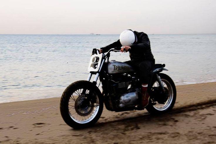 Triumph Bonneville Flat Track by Svako Motorcycles - Photos by Simone Ruiz #motorcycles #streettracker #motos | caferacerpasion.com