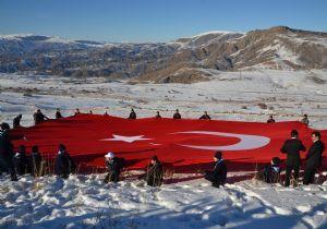 Erzurum'un Şenkaya ilçesine bağlı Gaziler köyünde Sarıkamış Şehitleri için anma töreni düzenlendi. http://turkiyeizcileri.org/sehitlik-ilahi-lutuf/