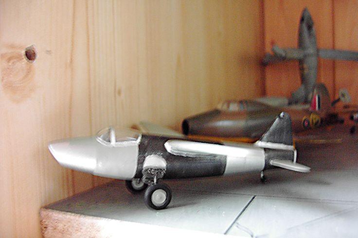 Modell Heinkel He 178 - Erstes Düsenflugzeug der Welt  - August/September 1939 - Dahinter das Modell vom ersten Düsenflugzeug Englands, die Gloster E.28/39 aus dem Jahre 1941.