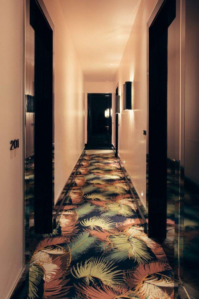 Couloir Rose Et Noir De Style Art Deco Avec Tapis Au Design Retro Inspire Design Hall Agence Architecture Hotel Design