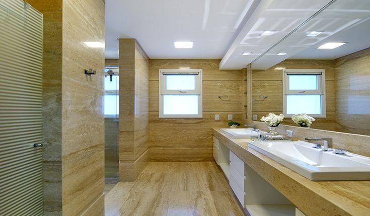 Banheiro em mármore travertino romano, cuba de sobrepor e metais Deca