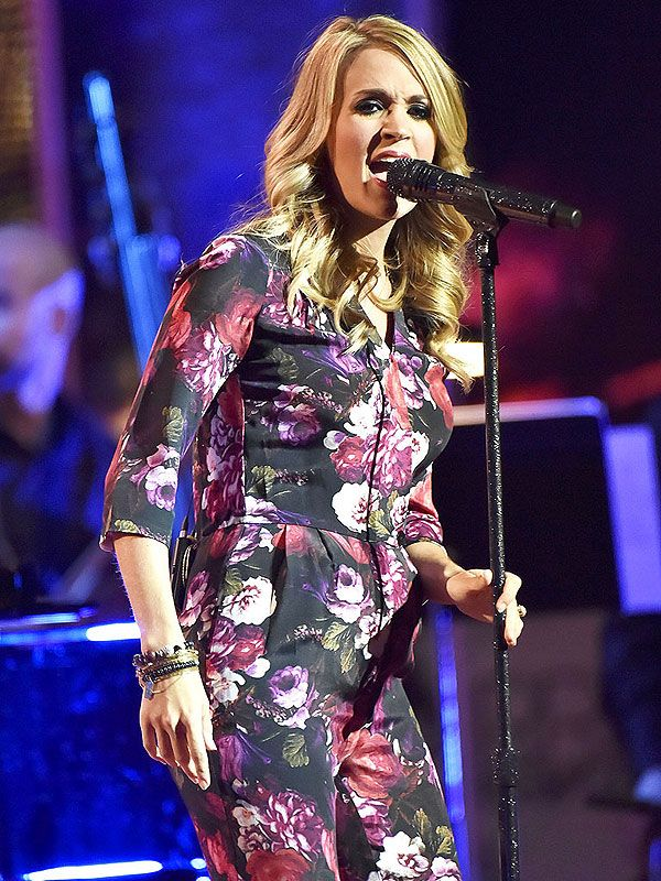 Carrie Underwood Debuts Her BabyBelly http://celebritybabies.people.com/2014/09/08/carrie-underwood-pregnant-baby-bump-photo/