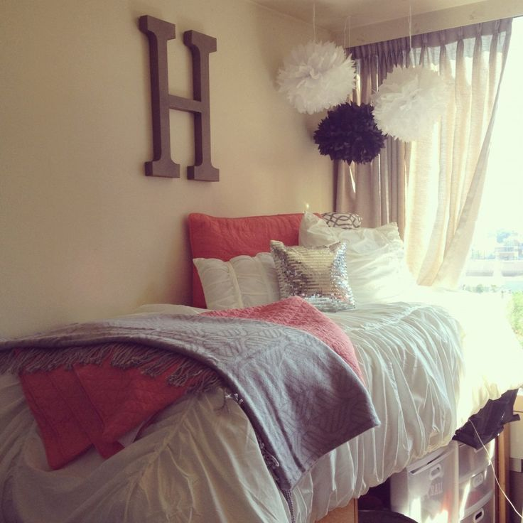 Classy and relaxed college dorm room inspiration