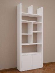 Biblioteca realizada en MDF laqueada en blanco o en madera para distintos tipos de guardado. La misma esta conformada con estantes regulables y puertas para guardado.