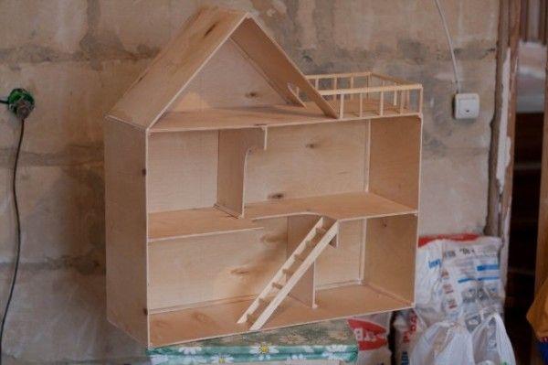 При создании ненагруженных конструкций из материала небольшой толщины - иные правила. Такой детский домик из фанеры своими руками можно собрать на брусочках и 20-миллиметровых гвоздиках.