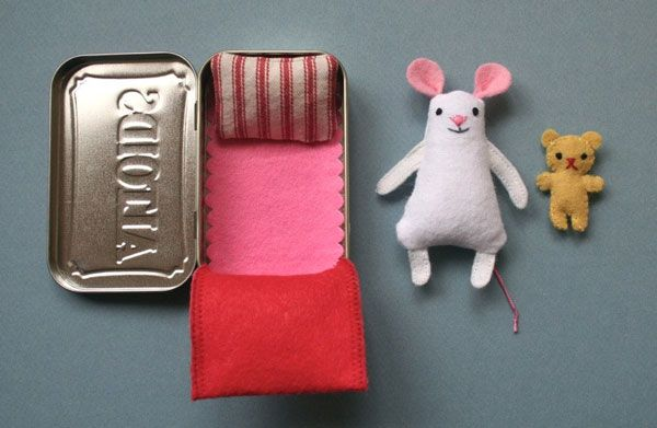 Cute DIY pattern - A lil' felt mouse in a tin house