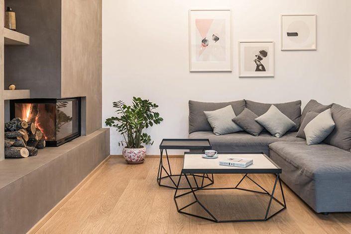 Este pequeno apartamento tem uma decoração moderna com um toque de sofisticação. Esse é o efeito que o cinza do cimento queimado consegue dar, quando bem u