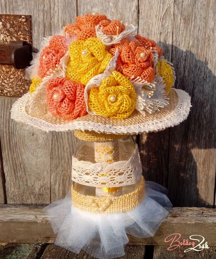 A csokortartó üveg ízléses, dekoratív kiegészítője lehet az oltárnak és/vagy a szertartásvezető asztalának, amibe nyugodtan beleteheted a csokrodat, ha a gyűrűhúzásra vagy a szülőköszöntésre kerül a sor. Kérj olyan csokortartó üveget, amely színben, stílusban és díszítettségben passzol a csokrodhoz és az esküvőd dekorációjához, hangulatához!