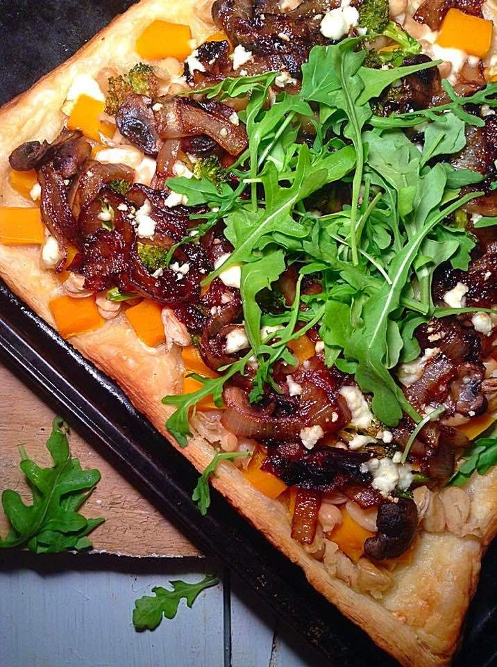 Caramelized onions and squash pizza – Simply Vegelicious #pizza #caramelizedonion #butternutsquash