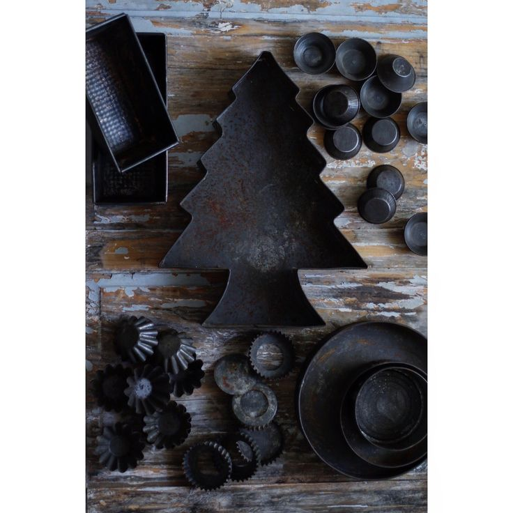 New post!!! If they have rust... even better! https://meathekitchen.wordpress.com #propstyling #foodstyling #foodphotography #blog #life #props #photography #article #foodlover #feedfeed #rust #cakepans #tin #old #vintage #kitchen #tool #unique #identity #food #wood #amazing #iron #black #tree