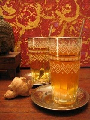 Uma bebida fresca, sem conservantes e corantes, e que você pode decidir se, e quanto, adoçá-la: receitas caseiras para preparar chá gelado.