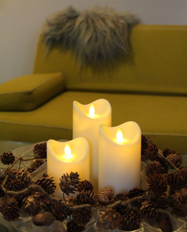 Realistiske og vanntette matt hvite kubbelys i plast med bølget kant og LED lyskilde som kan brukes både innendørs og utendørs. De gir et lunt og godt lys som skaper den varme, romantiske og koselige følelsen som levende lys gjør. Lyset er veldig realistisk til tross for at det er laget i plast og er pent, sikkert og uten søl. Tilgjengelig i tre forskjellige størrelser og med timerfunksjon med 5 timer på og 19 timer av.