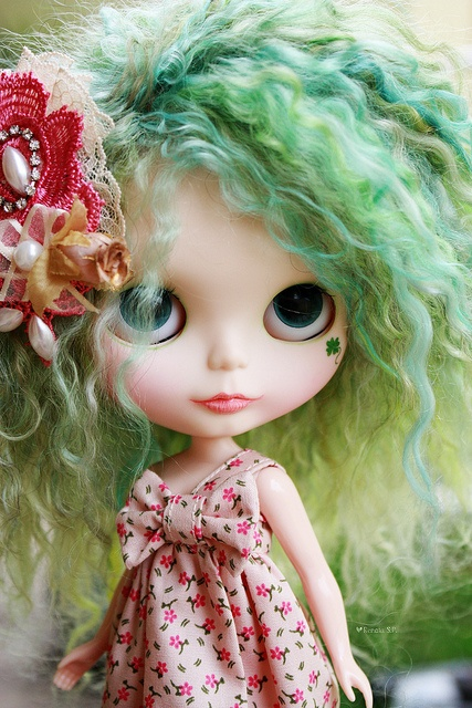 Green haired Blythe.  I don't usually like the face painting, but this one is just right.