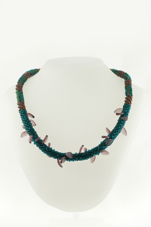 Combine magatama beads and leaves bead to create this necklace. Pick your own color and see how it turns out