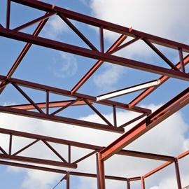 """Fackverk. Ett fackverk är ett byggnadssystem av stänger som kopplas samman och som då bildar en stabil, bärande konstruktion. Grundregeln är att stängerna bildar ett mönster av trianglar som ger stabilitet eftersom trianglarnas former bestäms av sidlängderna. Metoden används främst för """"ramar"""" till större byggnader (såsom takstolar, broar) men det finns också konstruktioner som nästan enbart består av fackverk; Eiffeltornet i Frankrike och Quebec Bridge i Kanada är två exempel."""