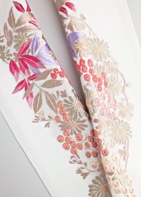 This is Haneri. Haneri is collar of kimono.  Silk. Hand embroidery. 【凛】正絹 手刺繍半襟 【華南天(白)】
