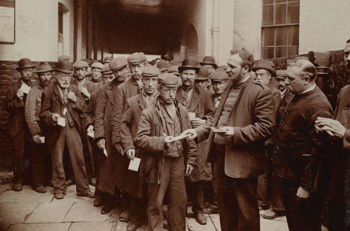 Начало XX века на фото Джека Лондона (21 фото) - Рабочие в очереди за бесплатным завтраком от благотворительной организации «Армия спасения»