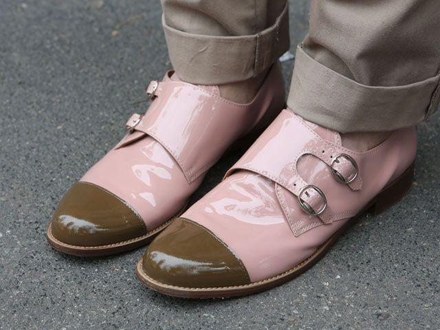 Fashion Week Milano. Scarpe da uomo di vernice bicolore con doppia fibbia.