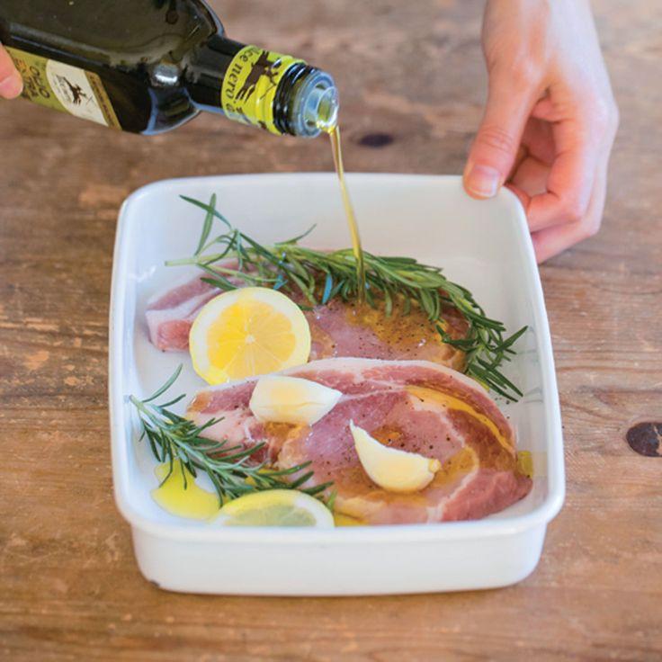 朝に豚ロース肉を塩、こしょう、潰したニンニク、レモン、ローズマリー、オリーブ油で漬けおきし、冷蔵庫へ入れておく。夜はハーブの香りで風味が増した豚肉を焼くだけで、豪華なメインディッシュが完成!