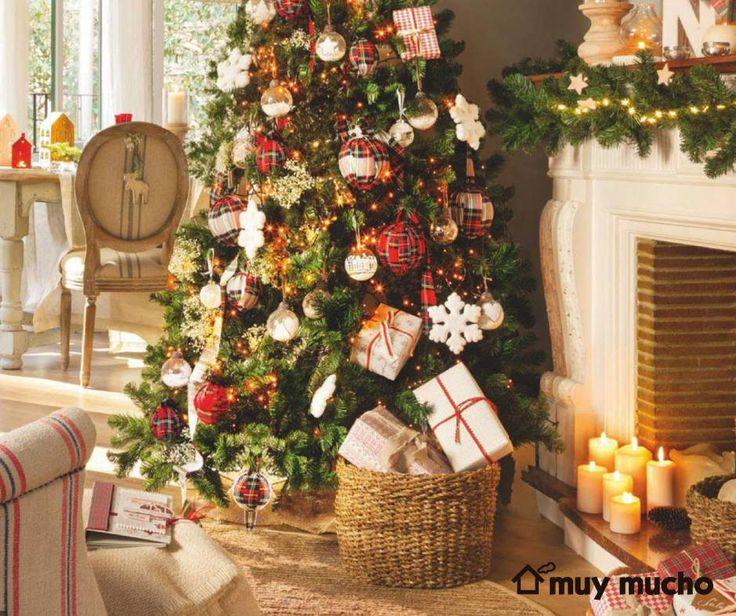 Fotografía de la revista El Mueble con velas y decoraciones para colgar de muy mucho #muymucho #muymuchopormuypoco #navidad #velas #decoración