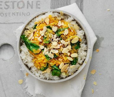 I kvällens rätt får du avnjuta en persisk linsgryta med rotselleri och mandel. Lök och vitlök sauteras ihop med kryddor som gurkmeja, torkad ingefära, spiskummin och chilipulver. Där även kokosmjölk och linser adderas och en ljuvlig doft sprider sig i köket. Servera med ris och mandelspån.