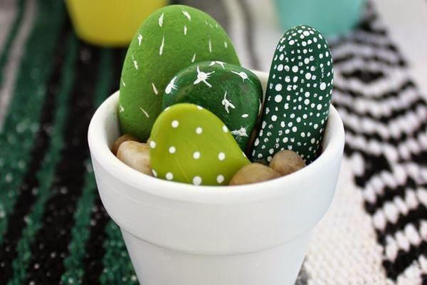 Ötletes, egyszerűen kivitelezhető dekoráció: kézzel festett kavicskaktuszok