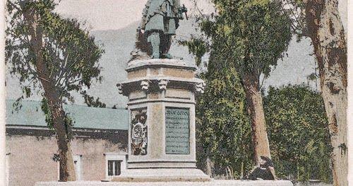 Vieja postal fotográfica coloreada del monumento y su fuente de aguas original. Fuente imagen: blog del Museo Regional de Atacama.