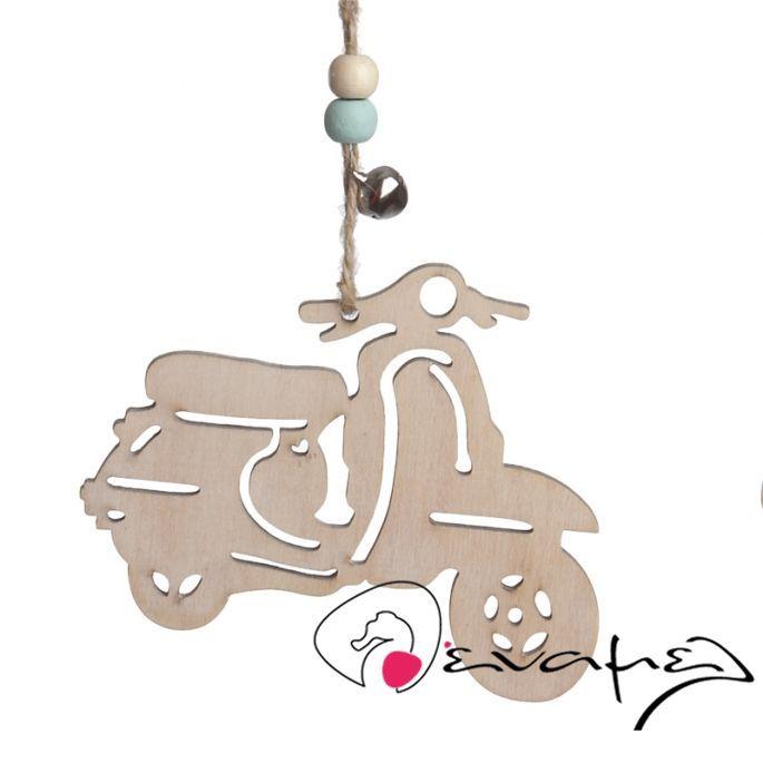 Μπομπονιέρες Βέσπα Κρεμαστή ξυλνο διακοσμητικό. Διαστάσεις βέσπας 9Χ10 εκ Η τιμή αφορά δεμένη έτοιμη μπομπονιέρα (τούλι / γάζα και κορδέλες σε χρώμα της επιλογής σας, κουφέτα τυλιγμένα σε ζελατίνα ζαχαροπλαστικής - σημειώστε στα σχόλια της παραγγελίας σας τα χρώματα της επιλογής σας)