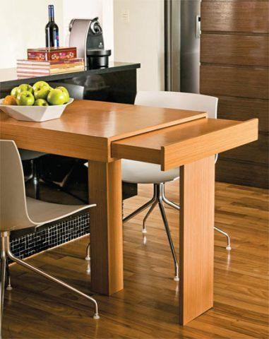 BOA IDEIA: no dia a dia, a mesa, com superfície de 1 m x 80 cm, comporta dois lugares. Mas basta puxar o tampo extensível, como se fosse uma gaveta, e desdobrar o pé extra para criar mais dois espaços para convidados.