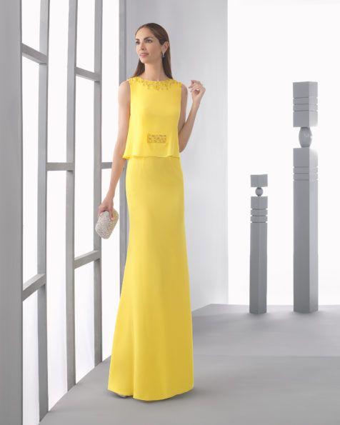Vestido largo ligero de georgette con cuerpo ablusonado y detalle de pedrería en escote y cintura, complementado con chal, en color cobalto, amarillo y rojo.
