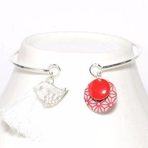 Bracelet jonc sequin émaillé, sequin washi tape rouge, breloque oiseau et pompon blanc
