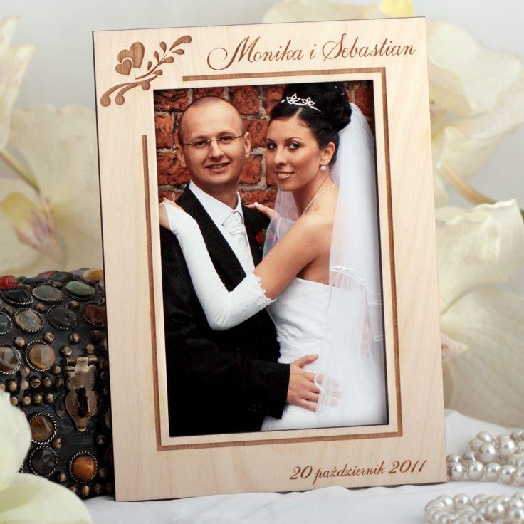 Drewniana ramka na zdjęcia ślubne grawerowana laserowo.