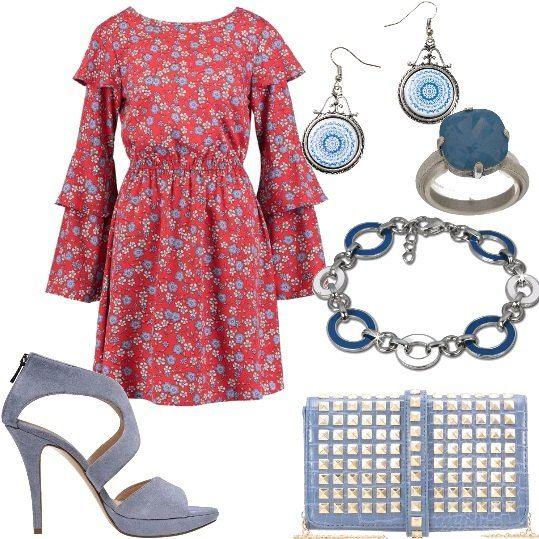 Vestito corto a fantasia floreale, con maniche lunghe con ruches, scollo tondo e arricciatura sotto il seno, lho abbinato ad un sandalo in pelle scamosciata, con plateau anteriore e tacco a spillo e ad una borsa piccola in tessuto, con tracolla e borchie frontali. Come accessori ho scelto un paio di orecchini con pendente Desigual, un anello con pietra incastonata ed un bracciale in acciaio, tutti con richiami blu.