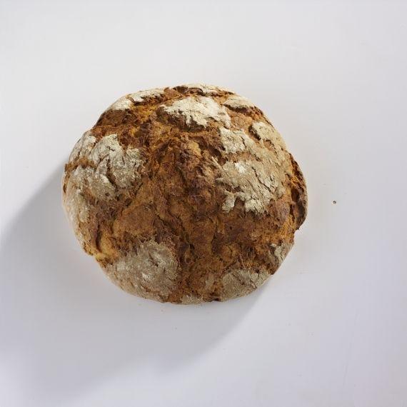 Chleb z sabatnika W naszych piecach opalanych drewnem pieczemy jak za czasów naszych babć - bezpośrednio na kamiennej nagrzanej płycie, która gwarantuje bardzo łagodne i równomierne ciepło pieczenia. Przy wypieku w takich piecach, należy bazować na wrażliwości, uczuciu i doświadczeniu. Ciasto długo pozostaje w spoczynku po wyrobieniu, aby rozwinęło swój aromat i wilgotność.