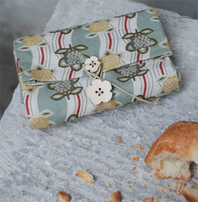 """Sac à pain pliable, patron couture gratuit. Free Sewing Draft & Minimal Tutorial (in French); Foldable bread bag, perfect for bringing home your baguette from le boulangerie. This is a project from the book """"Sacs et rangements à la japonaise"""" by Akiyo Kajiwara, featured on the creative idea blog BlueMarguerite.com."""