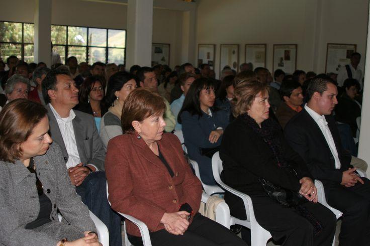 17-Inauguración. 2006 Público asistente. Adelante, entre otros, el primer coordinador de UdeA Sede Sonsón.