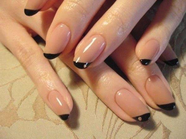 Side French manicure asimmetrica nude e nero