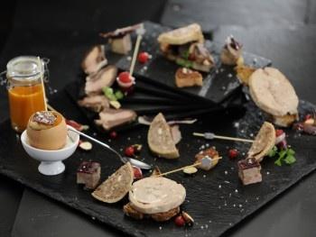 pâté à base de viande et de foie gras de canard du Gers mélangés à la viande et du foie de porc. Les saveurs de la boucherie traditionnelle et des morceaux phares du canard permettront de créer un Pâté au Foie Gras qui réveillera des sensations gustatives inconnues.