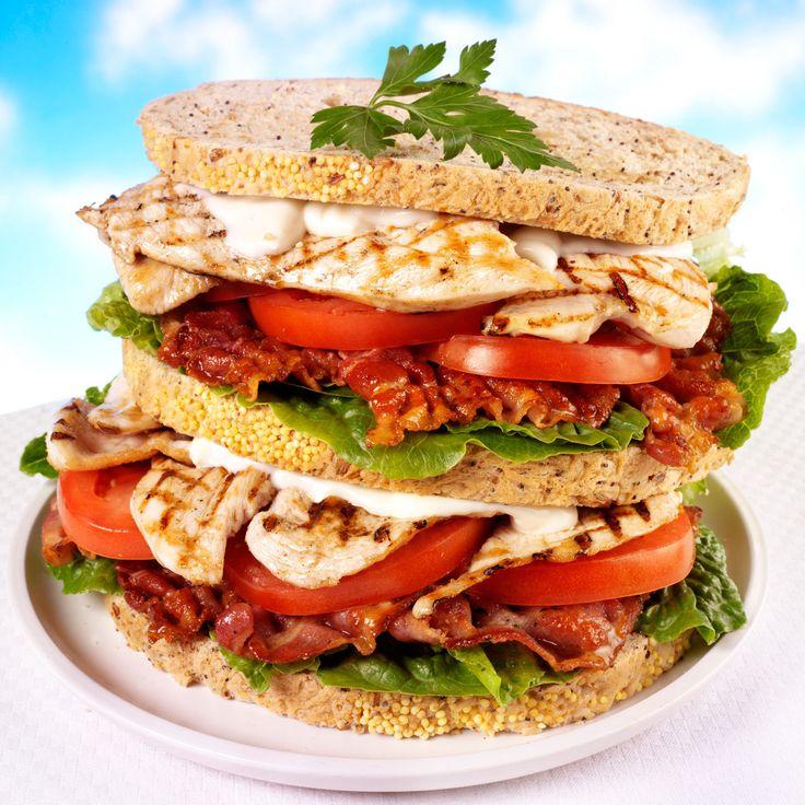 Découvrez la recette du sandwich américain au poulet grillé et bacon frit