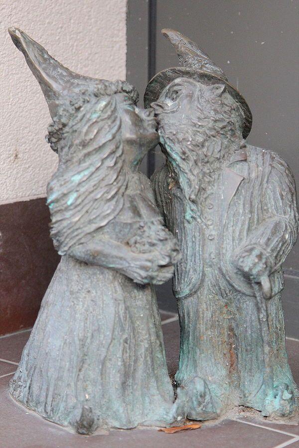 Państwo Krasnalscy (Mr. and Mrs.Dwarf), wrocławskie krasnale znajdujące się w Urzędzie Stanu Cywilnego przy Włodkowica 20/22; autor: Beata Zwolańska–Hołod