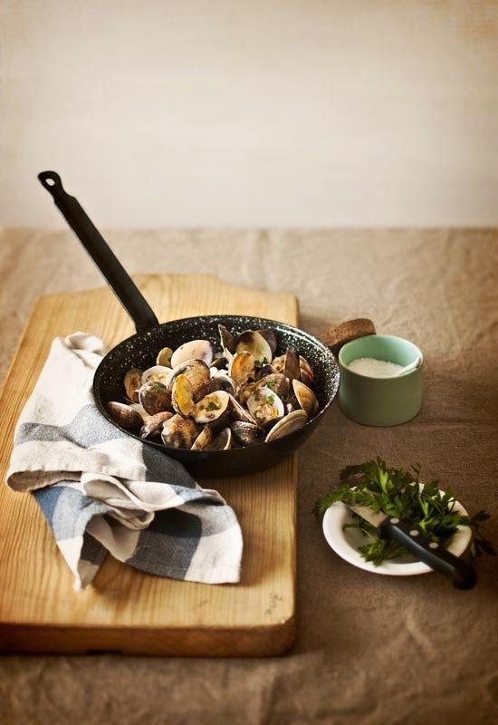 Almejas a la marinera: olie, veel knoflook witte wijn, snufje zout, even koken en mmmmmmm. En als de schelpjes op zijn, pan leegvegen met stukjes stokbrood, nog lekkerder.. http://inspanje.nl/cultuur/8263/populaire-spaanse-tapas-almejas-a-la-marinera/