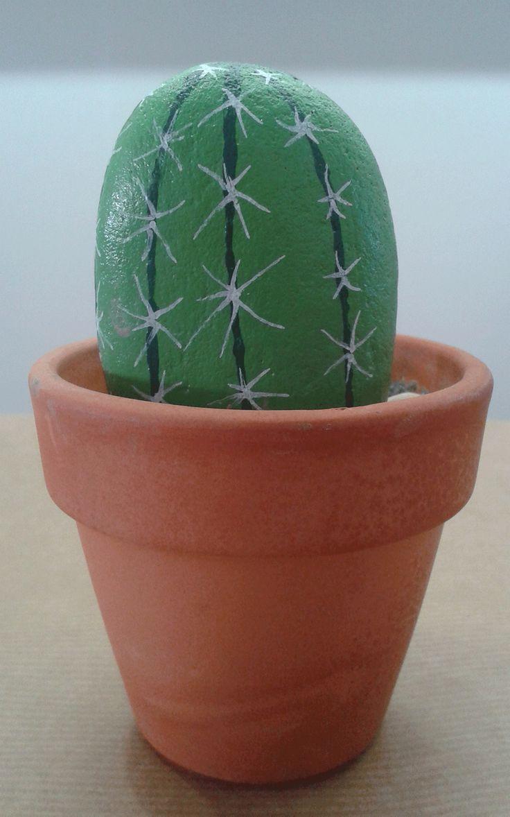 Cactus hecho con piedra pintada