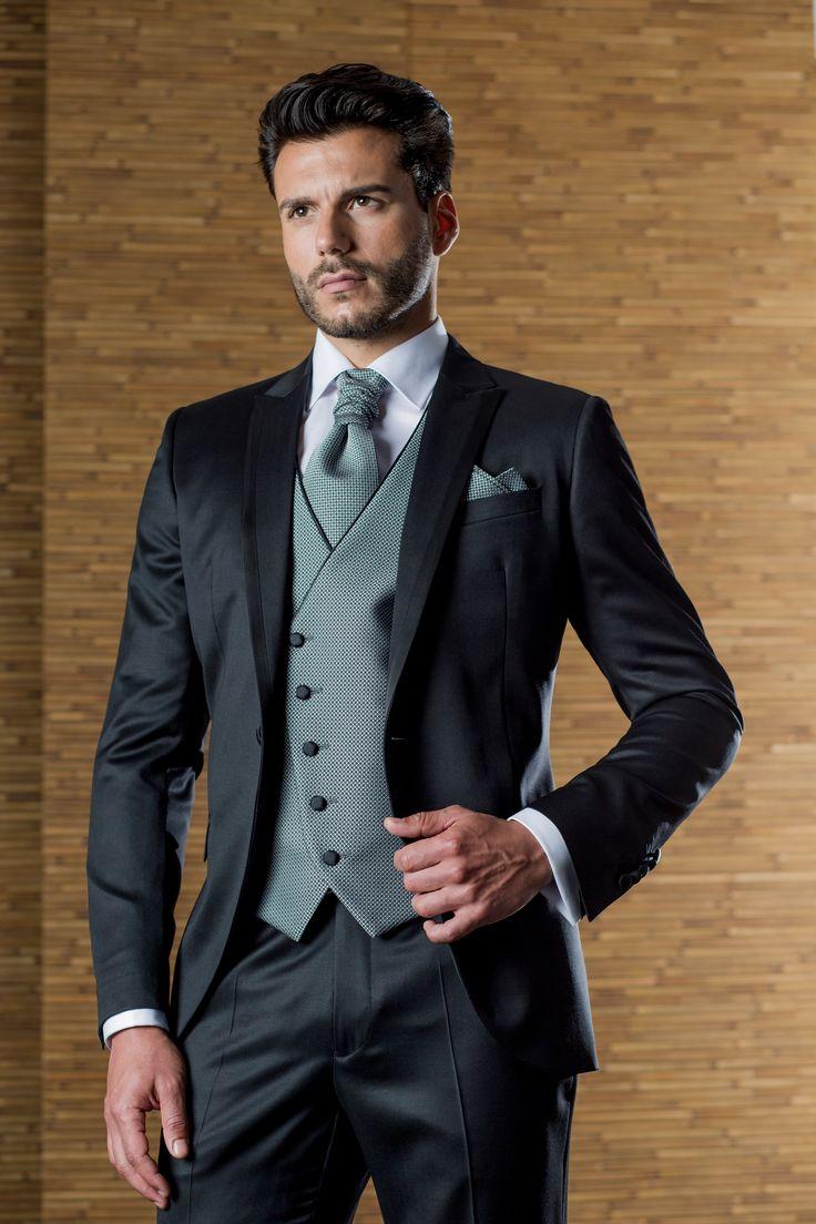 Trajes de novio de la firma ETIEM, con chaleco cruzado gris, bisel de escote y botonadura contrastada. Sastrería Campaso.